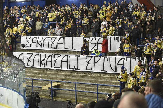 Protest zlínských fanoušků proti rozhodnutí vedení extraligy uzavřít na jeden zápas fanouškovské kotle v Plzni a Brně.