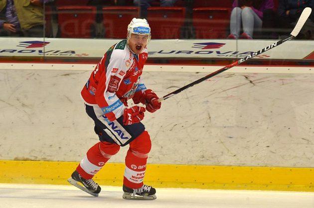 Pardubický Petr Sýkora slaví svůj gól proti Karlovým Varům.