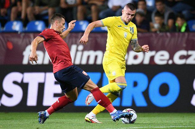 Soupeřem české fotbalové reprezentace v přípravě je v Plzni národní tým Ukrajiny. Tomáš Holeš se snaží zastavit Oleksandra Zubkova.