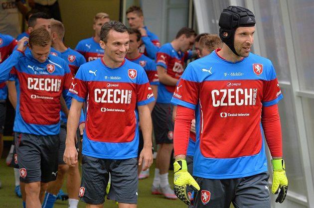 Čeští fotbaloví reprezentanti během středečního tréninku v Plzni. Vpravo je Petr Čech, vedle něj David Lafata.