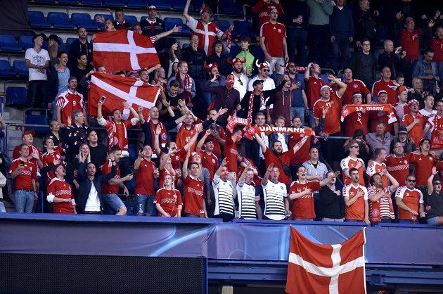 Fanoušci Dánska při severském derby EURO 2015 hráčů do 21 let se Švédskem.