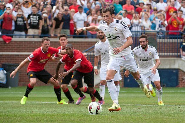 Gareth Bale z Realu Madrid vyrovnává z penalty na průběžných 1:1 v zápase proti Manchesteru United na americké půdě.