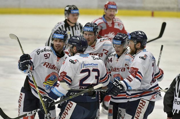 Hokejisté Vítkovic se radují z úvodního gólu.