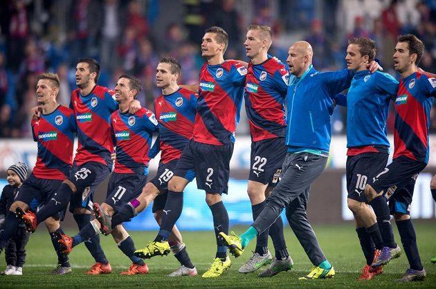 Fotbalisté Viktorie Plzeň oslavují vítězství nad Spartou.