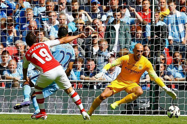 Góóól! Santi Cazorla z Arsenalu překonává brankáře Manchesteru City Wilfreda Caballera.