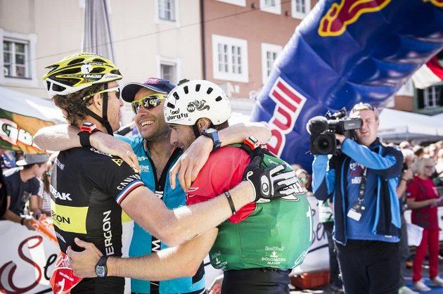 Kristián Hynek (vlevo) slaví triumf v závodě Dolomitenmann 2015 s parťáky