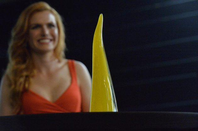 Biatlonistka Gabriela Koukalová představila v Praze skleněnou trofej pro české olympioniky, kterou sama navrhla. Cenu dostanou všichni čeští medailisté z Ria.