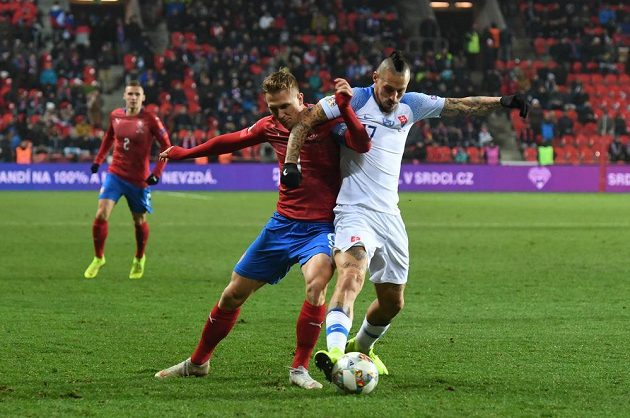 O míč bojují (zleva) Bořek Dočkal a Marek Hamšík ze Slovenska.