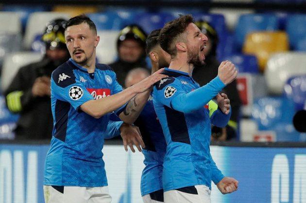 Neapolský Dries Mertens (vpravo) se raduje po gólu proti Barceloně. Vlevo Mario Rui, za střelcem je skrytý Lorenzo Insigne.