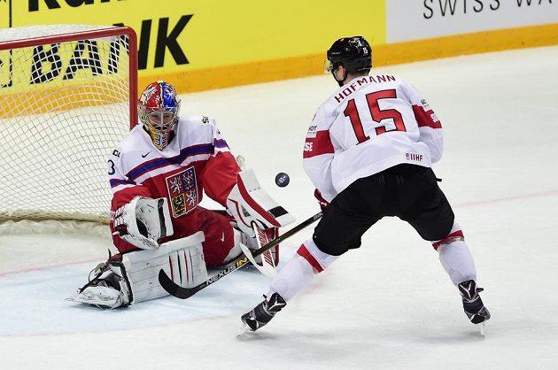 Švýcarský reprezentant Gregory Hofmann před českým brankářem Pavlem Francouzem v zápase mistrovství světa v Rusku.