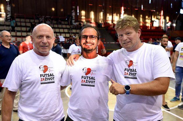 Reprezentační trenéři Karel Jarolím a Tomáš Neumann při charitativní akci v Chomutově na podporu reprezentačního maséra futsalistů Vladimíra Mikuláše.