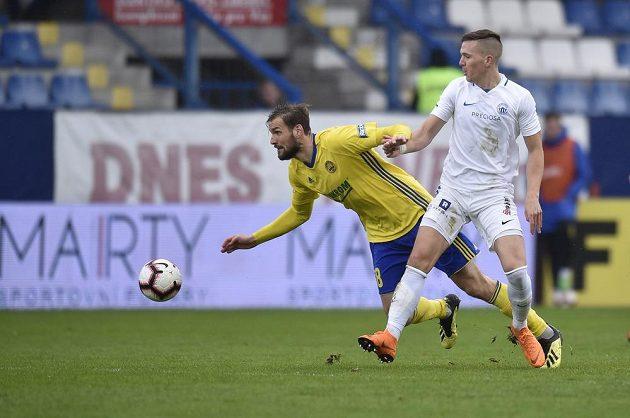 Zlínský fotbalista Tomáš Poznar padá po souboji s Ondřejem Karafiátem z Liberce.