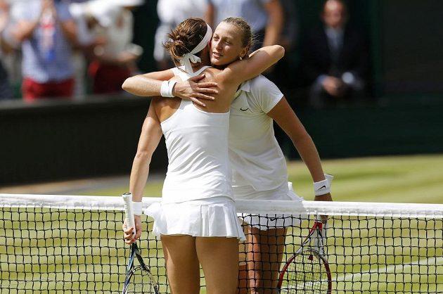Lucie Šafářová a Petra Kvitová (vpravo) v obětí po semifinále Wimbledonu.
