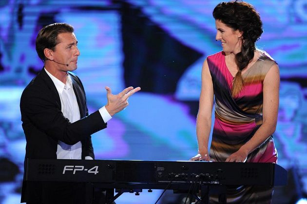 Překážkářka Zuzana Hejnová a hudebník Petr Vondráček během ankety Atlet roku 2013.