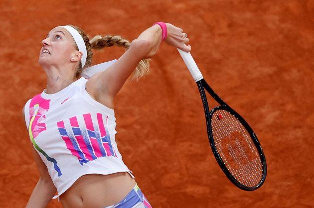 Petra Kvitová servíruje v semifinále Roland Garros.