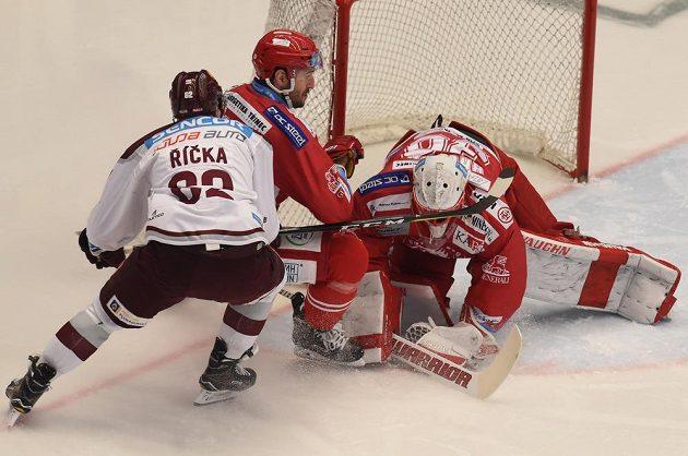Hokejisté Sparty bojují v Třinci.