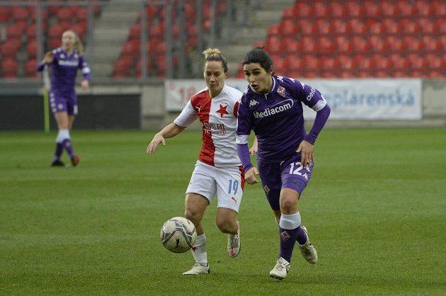 Zleva Petra Divišová ze Slavie a Marta Mascarello z Fiorentiny v utkání fotbalové Ligy mistryň.