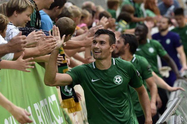Fotbalisté Příbrami děkují fanouškům po vyhraném utkání.