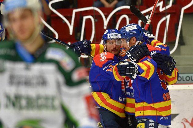 Českoudějovičtí hráči se radují z vyrovnání na 1:1 během utkání baráže o hokejovou extraligu v Karlových Varech.