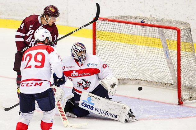 Brankář Pardubic Martin Růžička dostává gól. Zleva přihlíží Michal Hlinka z Pardubic a Jiří Smejkal ze Sparty.