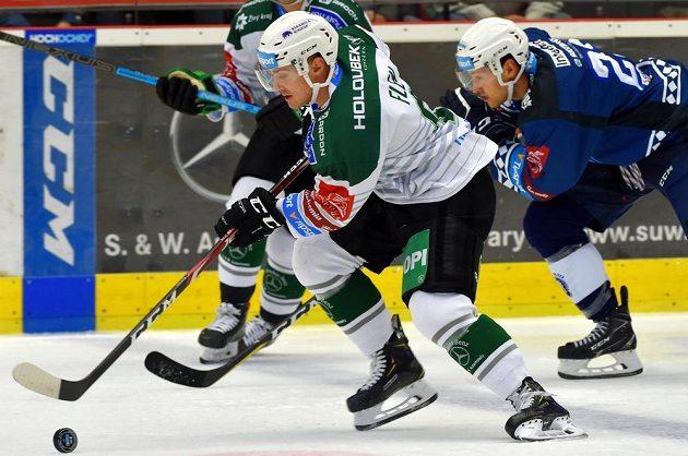 Jakub Flek Karlových Varů a Petr Straka z Plzně během utkání 5. kola hokejové extraligy.