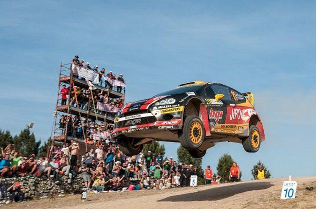 Martin Prokop s Fordem Fiesta WRC na slavném skoku při Italské rallye na Sardínii.