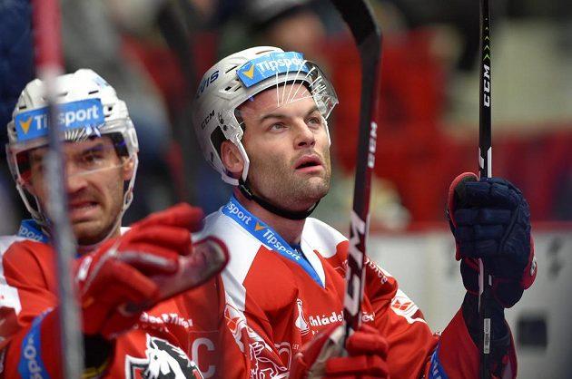 Hokejisté Pardubic (zleva) Jan Kolář a Stěpan Zacharčuk.
