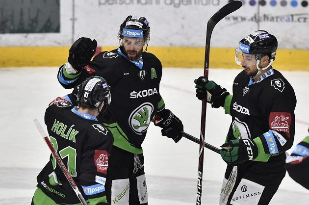 Zleva Petr Holík, autor prvního gólu Jakub Klepiš a Jakub Valský z Boleslavi se radují z prvího gólu v utkání s Libercem.