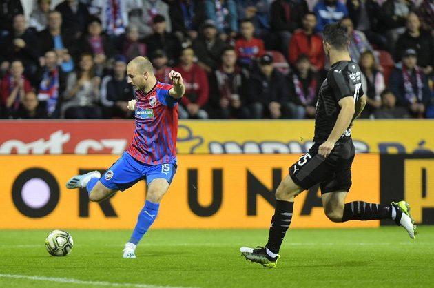 Plzeňský kanonýr Michael Krmenčík se zastřeluje v utkání proti Slavii.