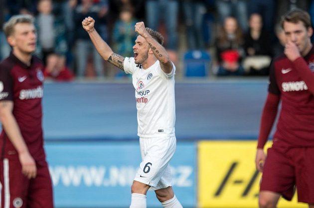 Stanislav Hofmann ze Slovácka oslavuje vítězství 2:0 nad Spartou.
