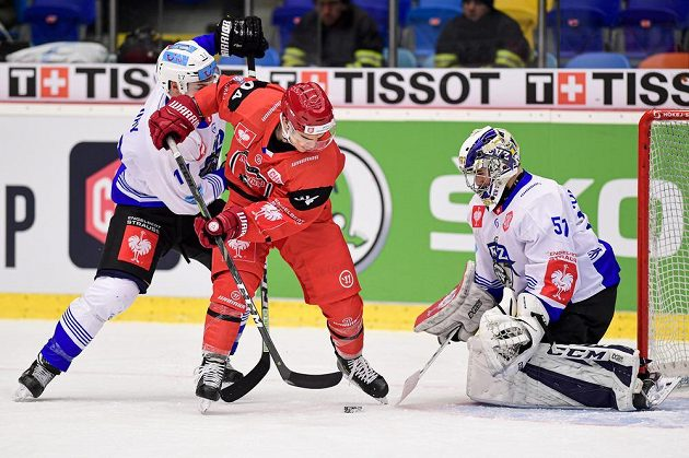 Thomas Thiry ze Zugu, Jordann Perret z Hradce Králové a brankář Zugu Luca Hollenstein během čtvrtfinále Ligy mistrů.