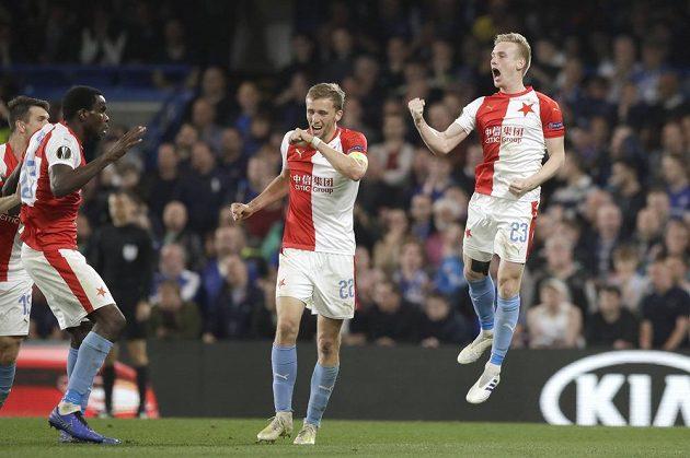 Fotbalista Slavie Petr Ševčík (vpravo) oslavuje se spoluhráči gól, který vstřelil v Evropské lize na hřišti Chelsea.