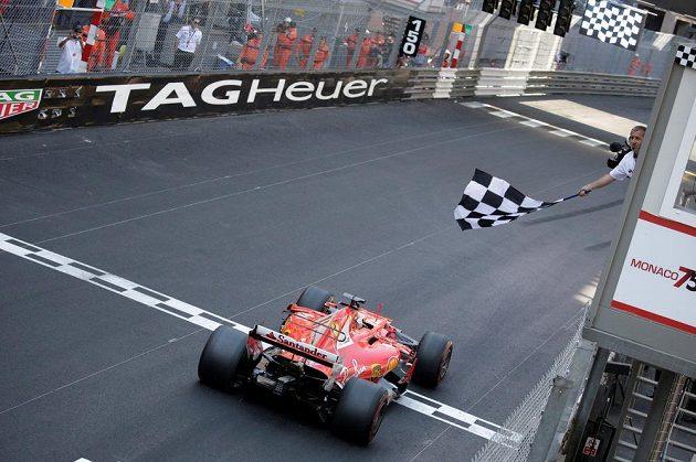 Sebastian Vettel projíždí cílem Velké ceny Monaka.