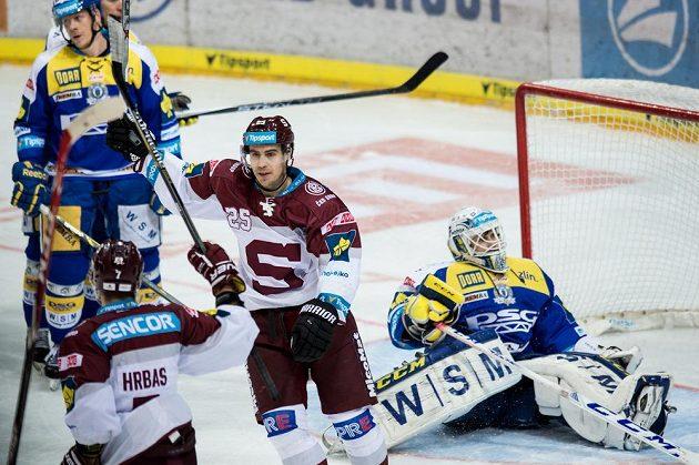 Michal Dragoun ze Sparty (uprostřed) oslavuje gól na 3:2 proti Zlínu.