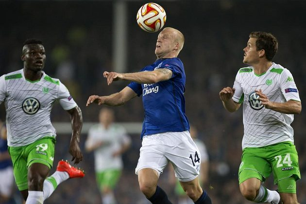 Steven Naismith (uprostřed) z Evertonu se snaží uniknout hráčům Wolfsburgu Sebastianu Jungovi (vpravo) a Junioru Malandovi.