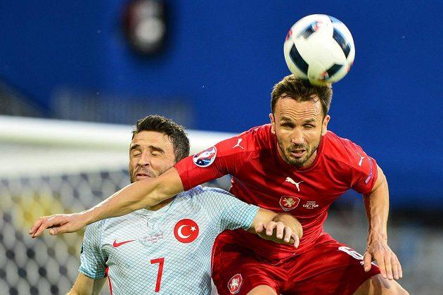 Český stoper Tomáš Sivok (vpravo) v souboji s Gökhanem Gönülem z Turecka.
