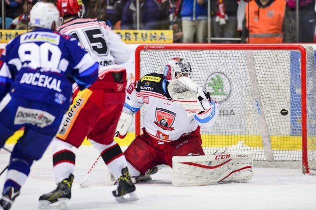 Brankář Patrik Rybár z Hradce Králové dostává druhý gól. Před ním Martin Dočekal z Brna a Blaž Gregorc z Hradce Králové.