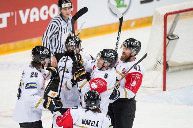 Hokejisté Oulu oslavují gól proti Spartě.