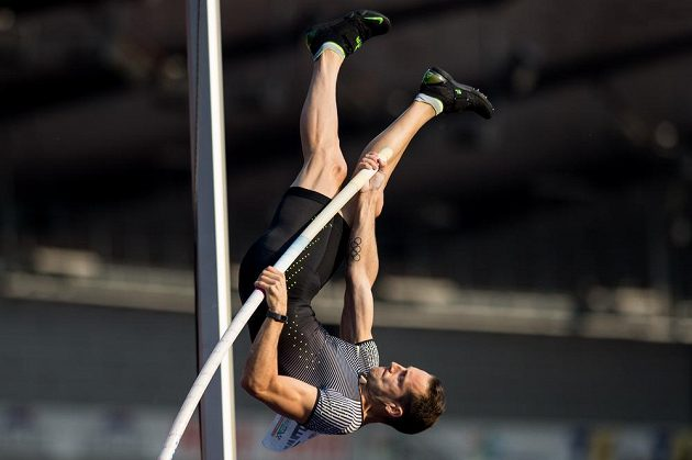 Tyčkař Renaud Lavillenie během atletického mítinku Zlatá tretra.