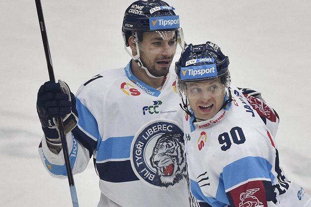Tyler Redenbach (vpravo) a Jakub Valský z Liberce se radují z gólu.