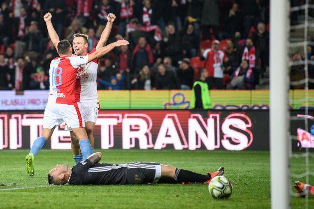 Fotbalisté Slavie Praha Stanislav Tecl a Jan Bořil oslavují gól na 3:0 během utkání 15. kola Fortuna ligy s Baníkem Ostrava.