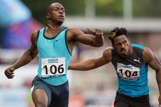 Sprinter Ben Youssef Meité (vlevo) a Henricho Bruintjies v cíli finále 100 m během Memoriálu Josefa Odložila.