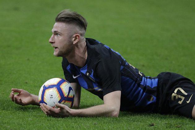 Slovenský fotbalista Interu Milán Milan Škriniar v akci během derby s AC Milán.