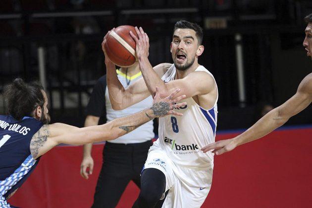 Hotovo. Čeští basketbalisté završili vítězně náročnou cestu olympijskou kvalifikací ve Victorii, když ve finále rozdrtili Řecko 97:72. Ke koši se úspěšně probíjí Tomáš Satoranský.