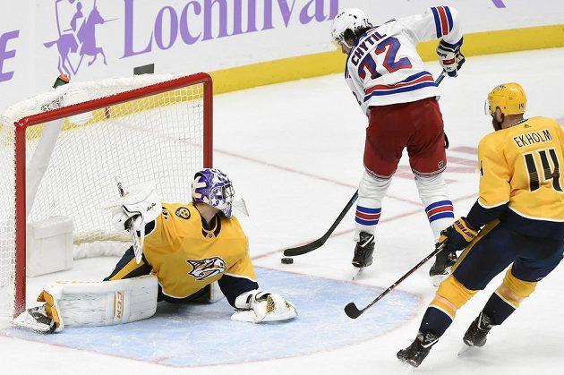 Brankář týmu Nashville Predators Juuse Saros (74) zastavuje střelu českého útočníka Filipa Chytila v utkání NHL. Mladý Čech se ale stejně nakonec gólově prosadil.