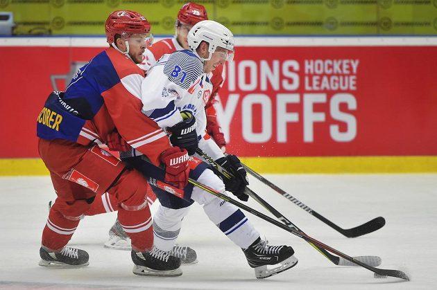 Zleva Christoph Bertschy z Lausanne a Jaroslav Kracík z Plzně. V pozadí Cory Emmerton z Lausanne.