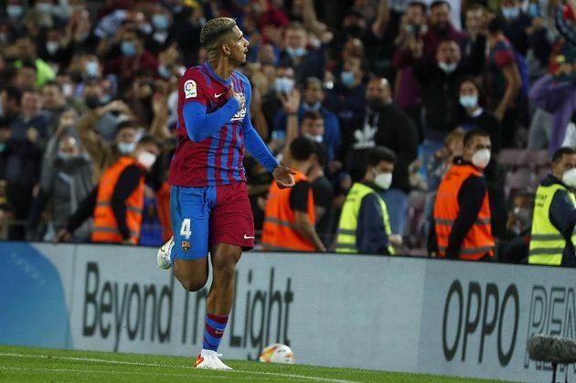 Gólem v 90. minutě vydřeli fotbalisté Barcelony ve španělské lize remízu 1:1 s Granadou. Úspěšným střelcem katalánského fifantu byl Ronald Araujo.