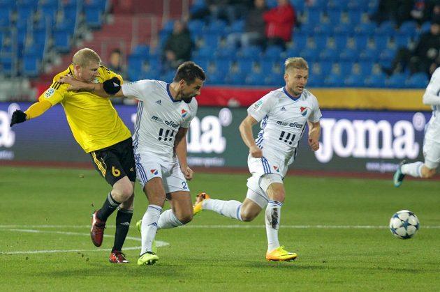 Jan Šisler z Karviné v souboji s Milanem Barošem z Baníku, vzadu Tomáš Mičola z Baníku během utkání 15. kola HET ligy.