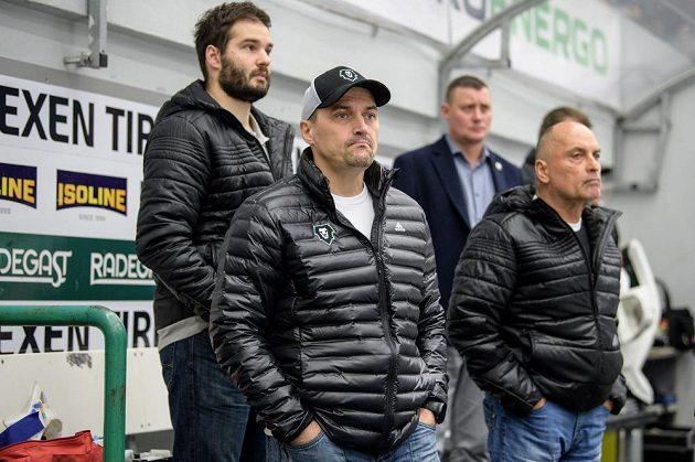 Viktor Ujčík (vlevo) během utkánína střídačce Mladé Boleslavi během utkání se Spartou.