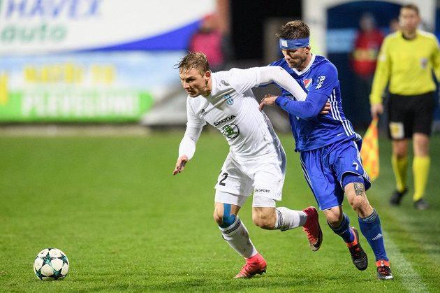 Michal Hubínek z Mladé Boleslavi (vlevo) a Martin Fillo z Baníku Ostrava během utkání čtvrtfinále MOL Cupu.